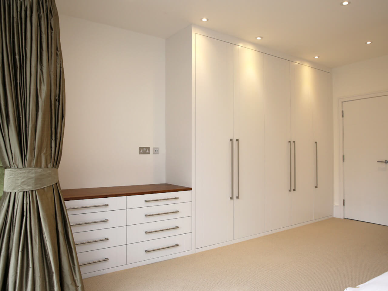 1-bespoke-built-in-fitted-wardrobe-white-chest-drawers-Modern-bedroom-furniture.jpg